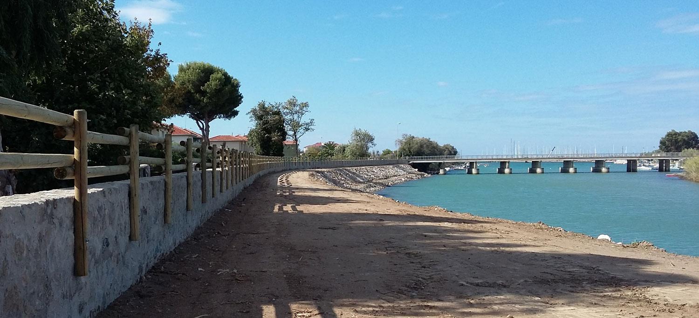 """Adeguamento arginature fiume Cecina: muro di difesa tipo """"C"""" con scogliera di protezione."""