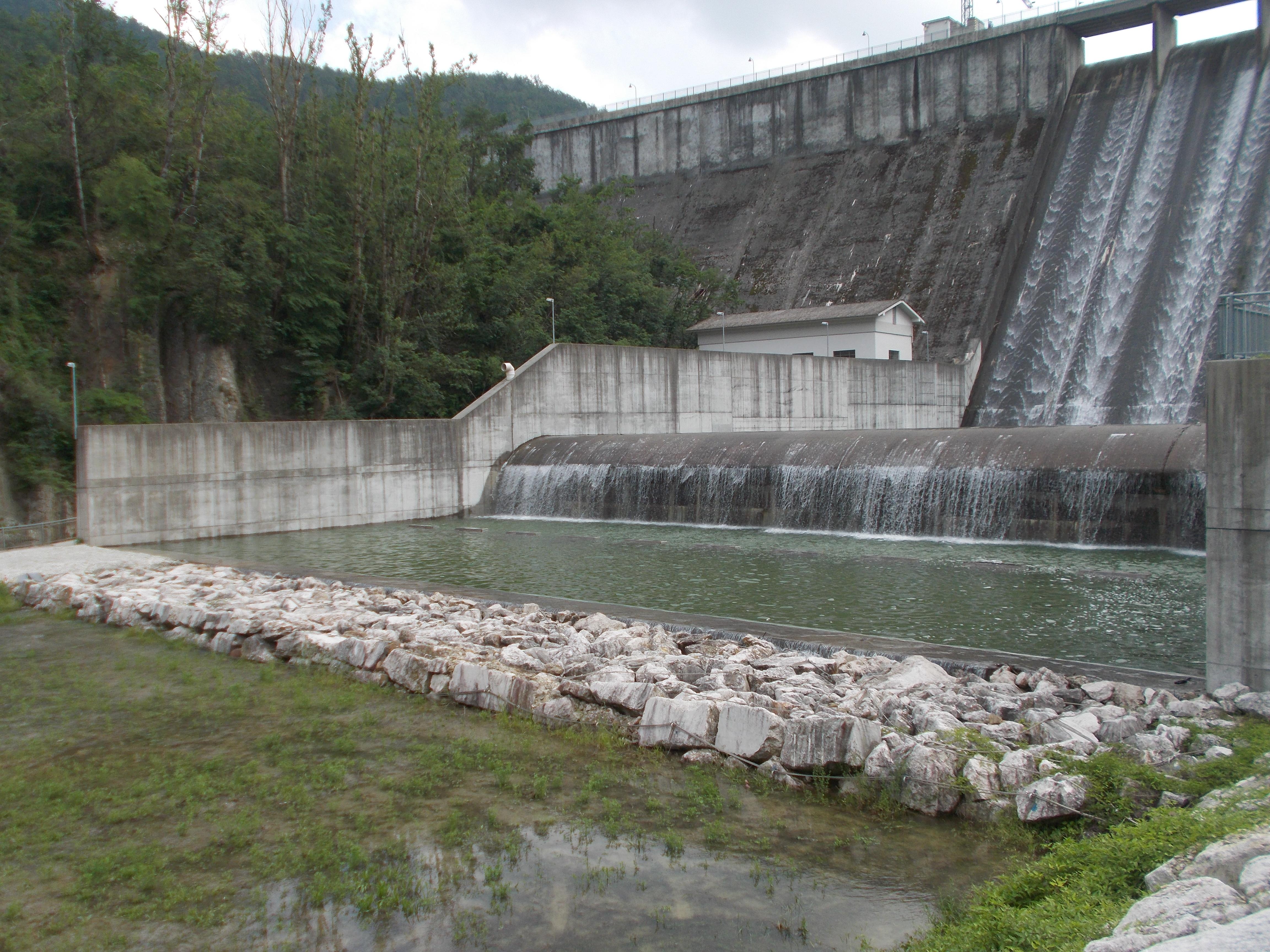 Diga di Mignano, vista da valle del riempimento della vasca ausiliaria di valle
