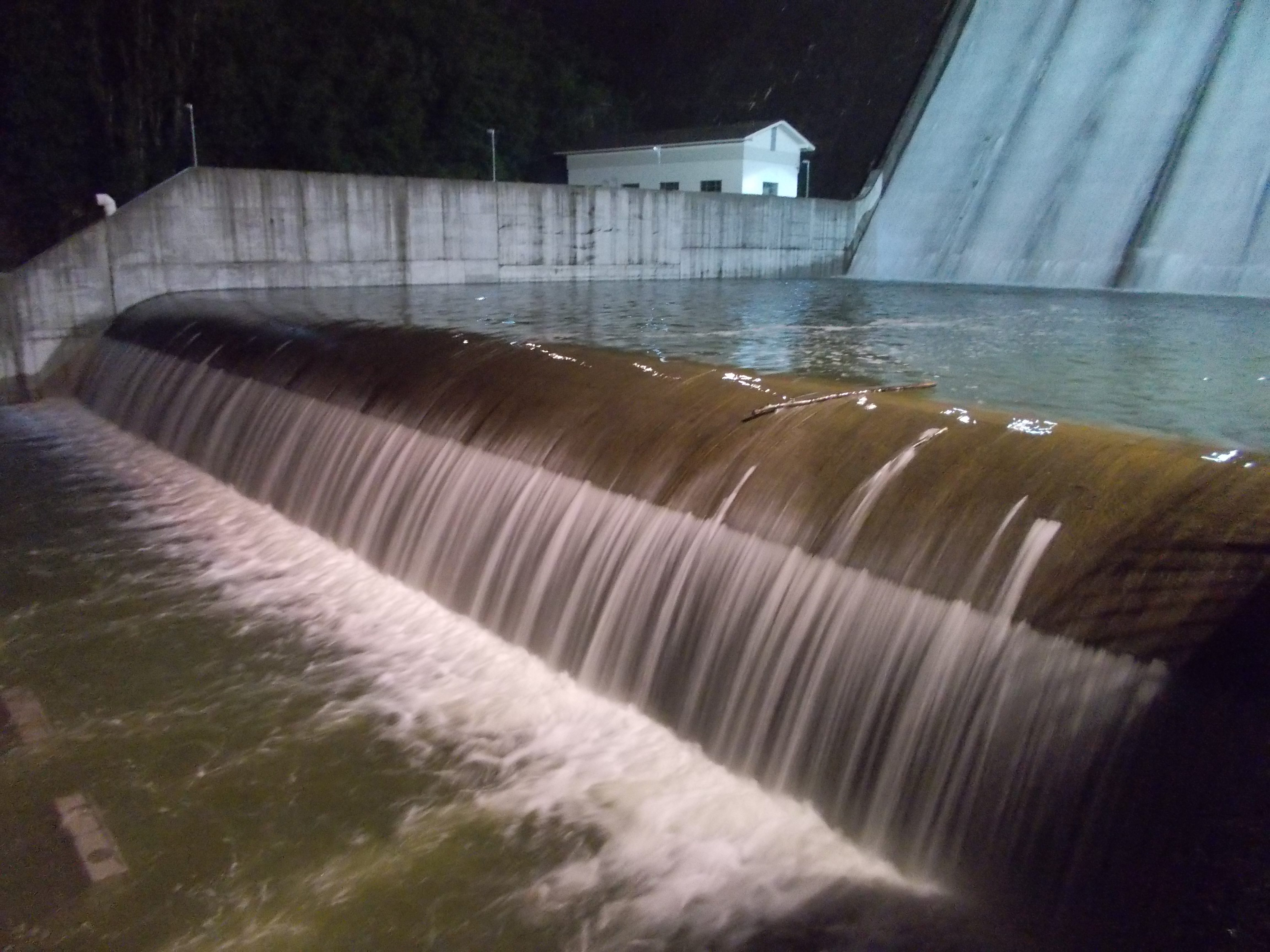 Diga di Mignano, 30 Maggio 2018, ore 00:55 soglia tracimabile di separazione tra la vasca di dissipazione principale e quella ausiliaria di valle.