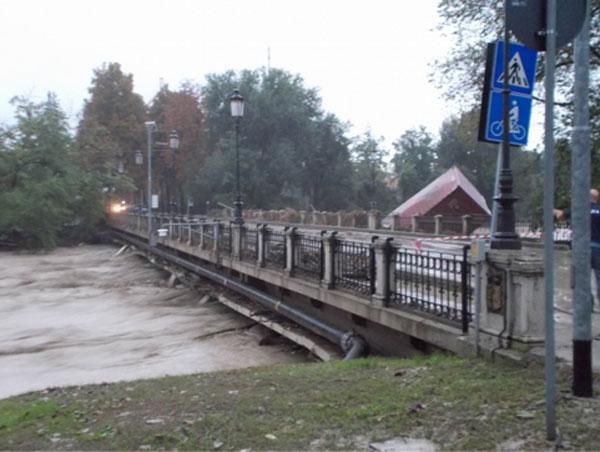 13 ottobre 2014 - T. Baganza a Ponte dei Carrettieri (già ponte Nuovo), vista verso sponda destra a valle del ponte (ore 18.04) Autore Marco Belicchi